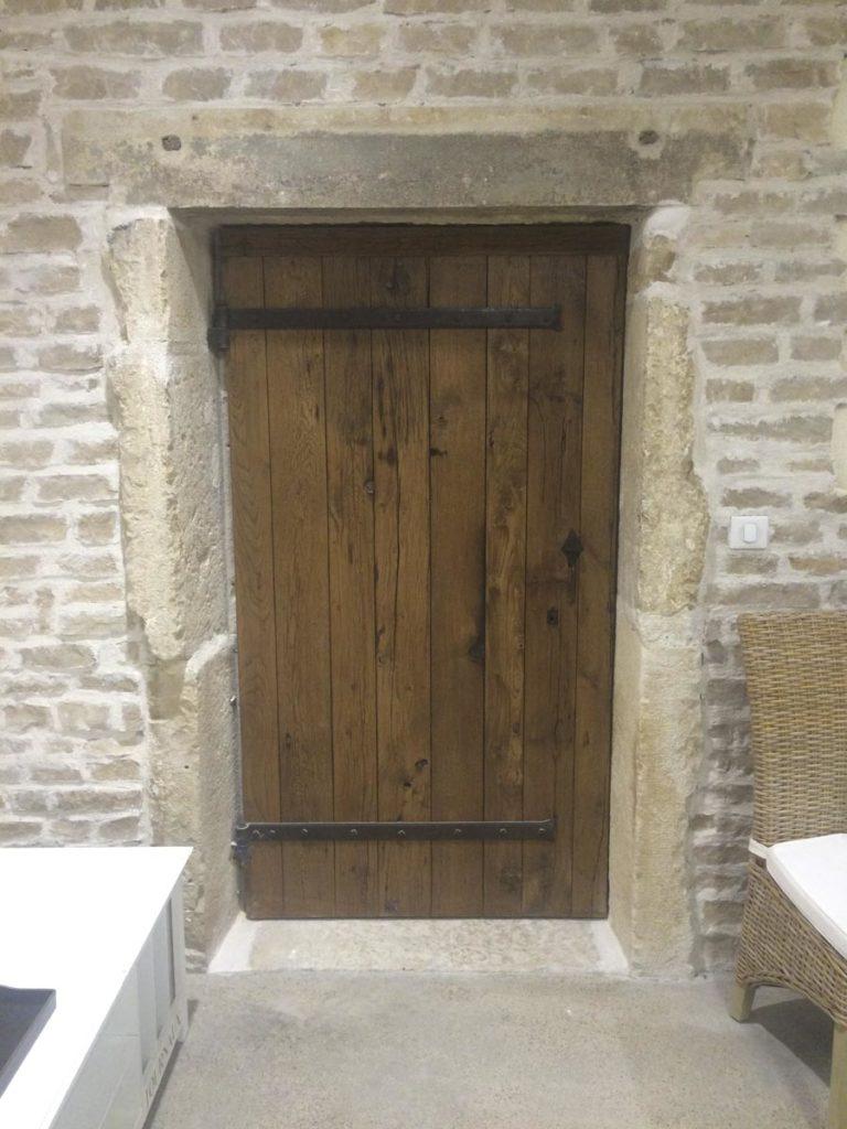 Porte de cave en vieux bois Image