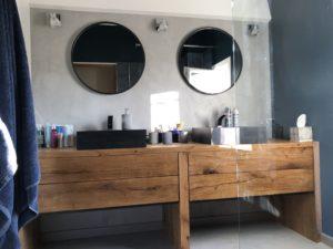 Meuble vasque de salle de bain en vieux bois Image